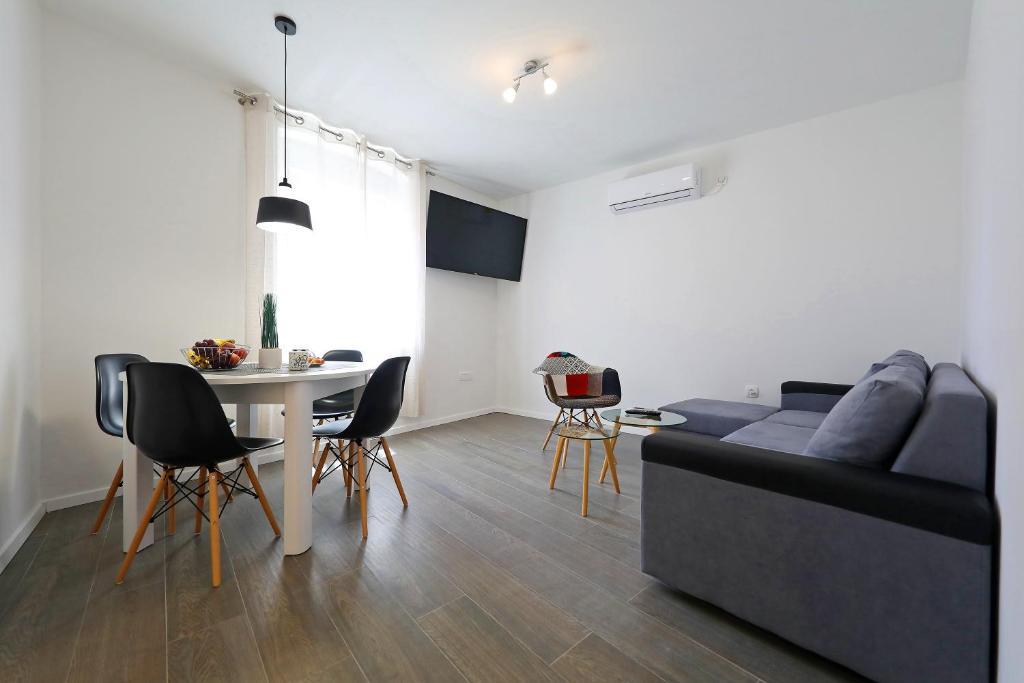 A seating area at Pyrotima Apartments