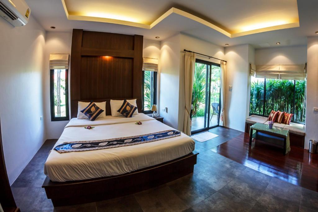 A bed or beds in a room at Baan Armeen Cottage