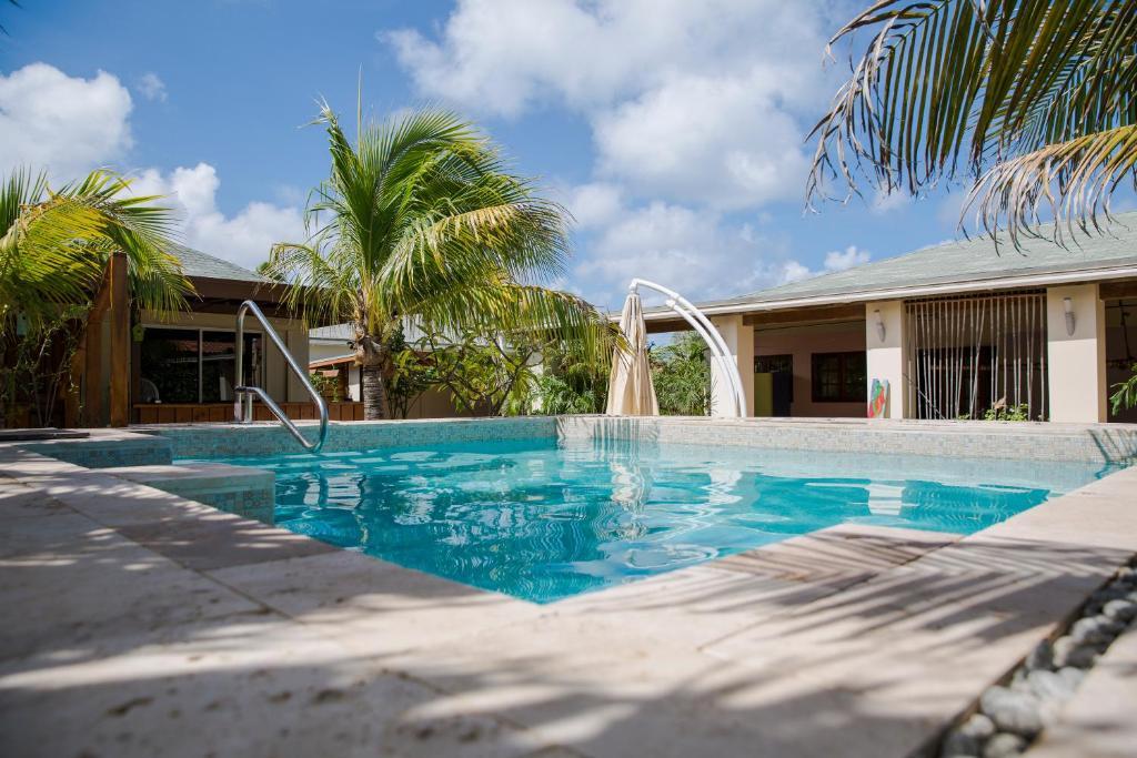 A piscina localizada em Little Jungle Apartments Aruba ou nos arredores