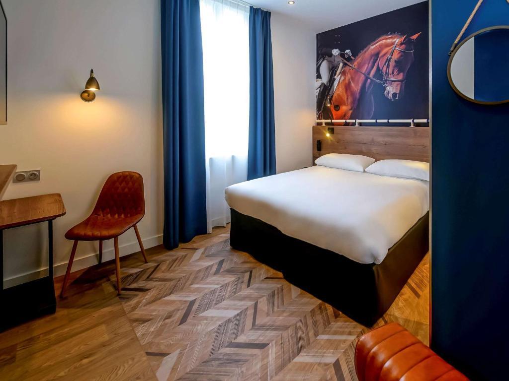 Een bed of bedden in een kamer bij ibis Styles Saumur Gare Centre