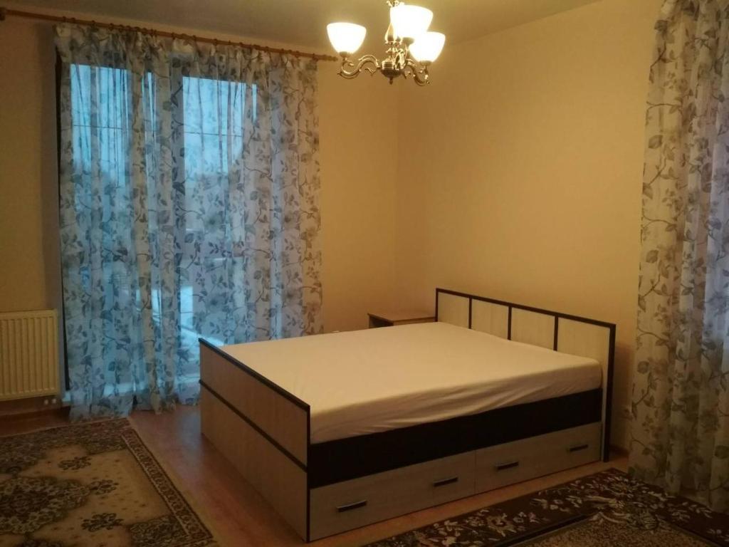 Кровать или кровати в номере Apartment on Leytenanta Katina