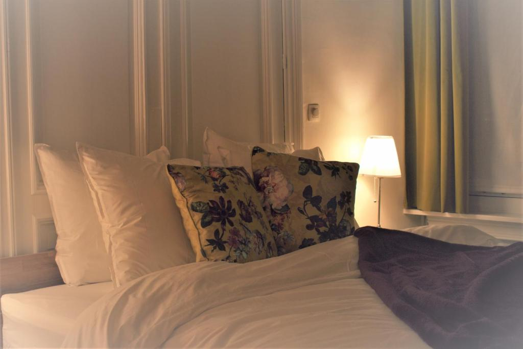 A bed or beds in a room at Spacious apartment - B&B InterMezzo for business & leisure