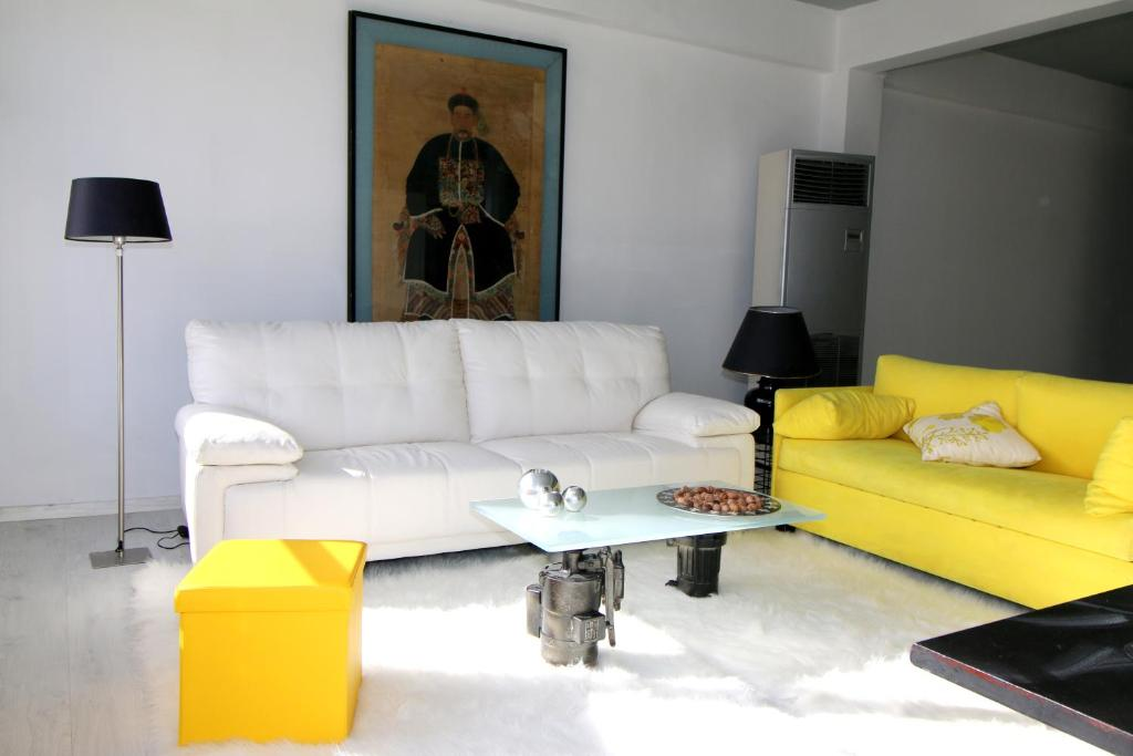 A seating area at Red Grey Loft