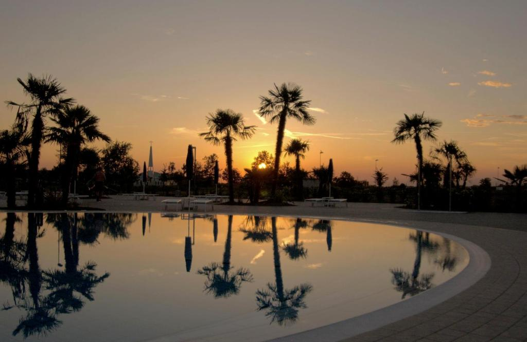 Bazén v ubytování Villaggio Laguna Blu nebo v jeho okolí