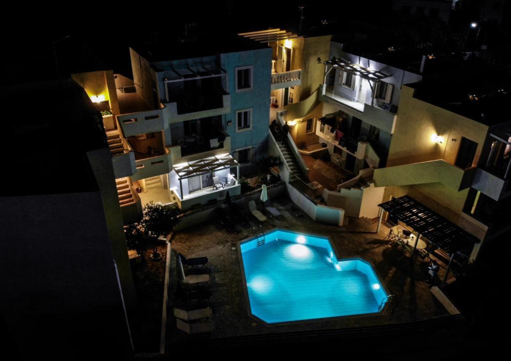 Θέα της πισίνας από το Sandika apartments ή από εκεί κοντά