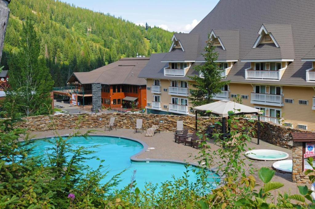 A view of the pool at Schweitzer Mountain Resort Selkirk Lodge or nearby