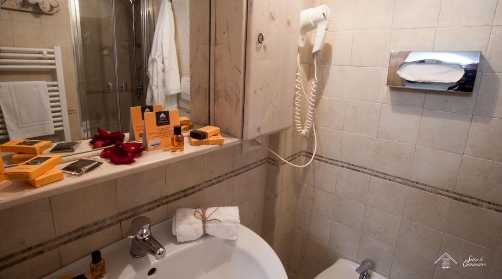 A bathroom at Albergo Diffuso Sotto le Cummerse