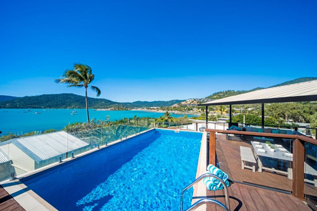 The swimming pool at or near Oasis on Oceanview - Airlie Beach