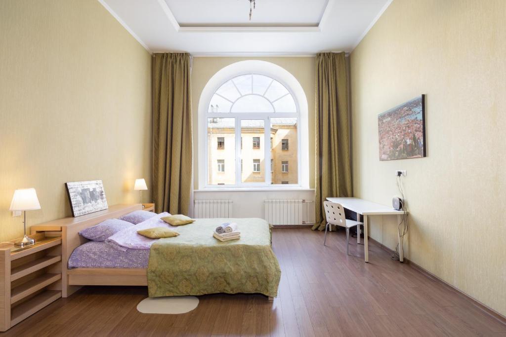 Кровать или кровати в номере 14 Pestelya - modern apartment in the center of St. Petersburg