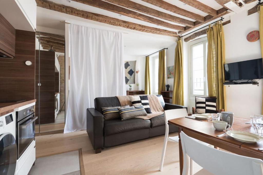 A seating area at Calme et cosy, idéal en famille ou entre amis - Quartier Montorgueil