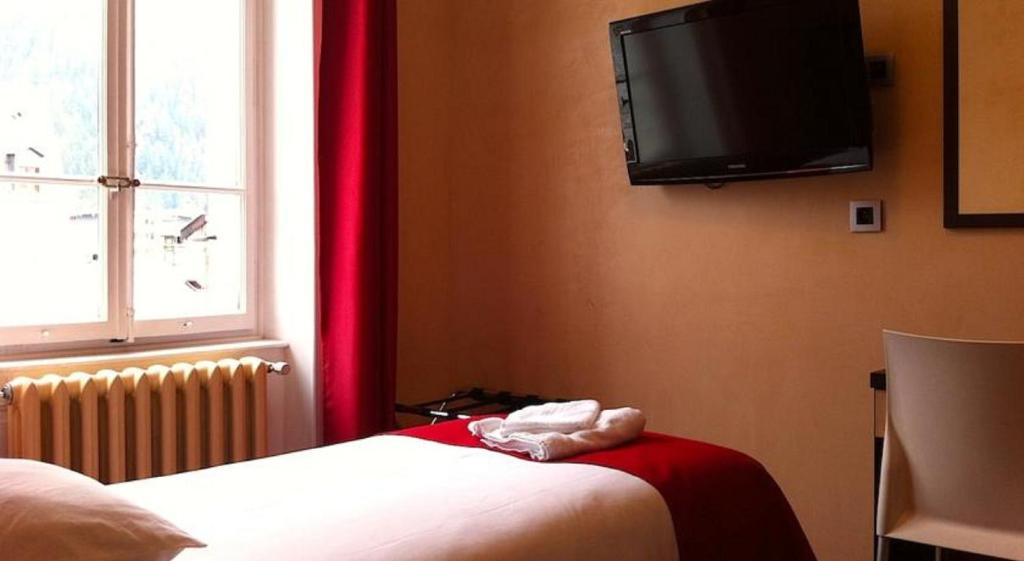 A bed or beds in a room at Hotel du Louvre