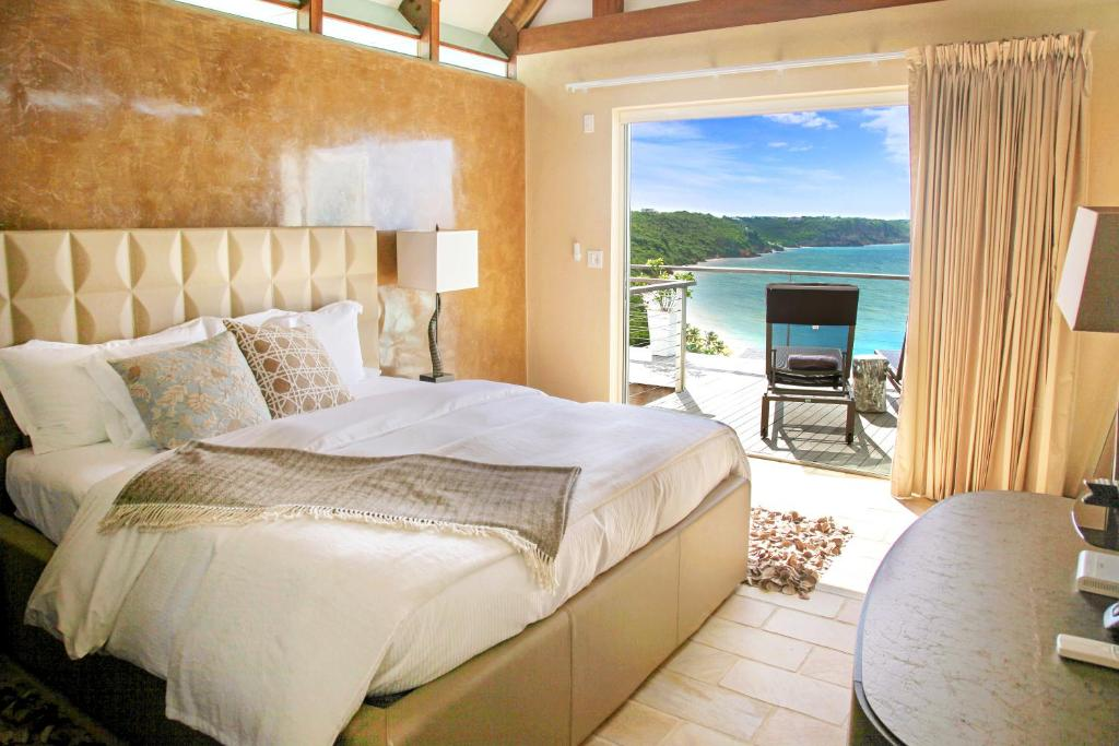 A bed or beds in a room at CeBlue Villas & Beach Resort