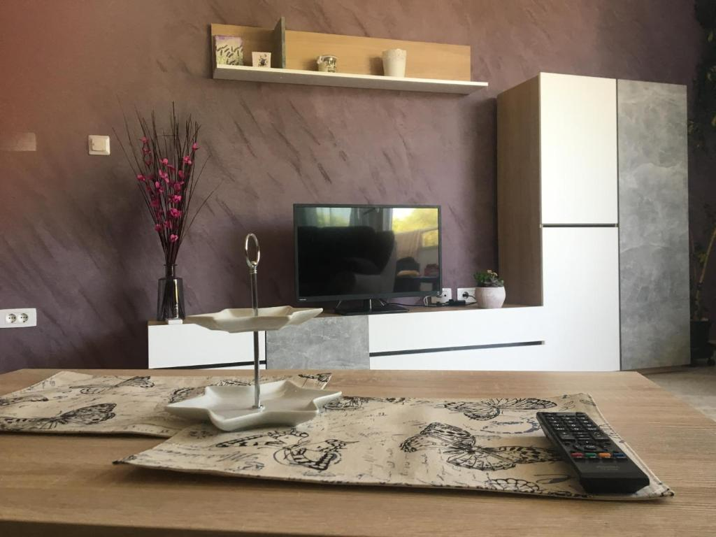 A television and/or entertainment centre at Holly apartman