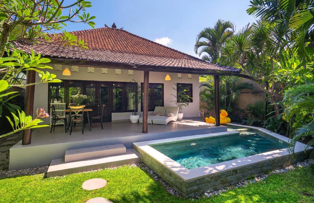 The swimming pool at or near Twist and Shout Art Villa Seminyak