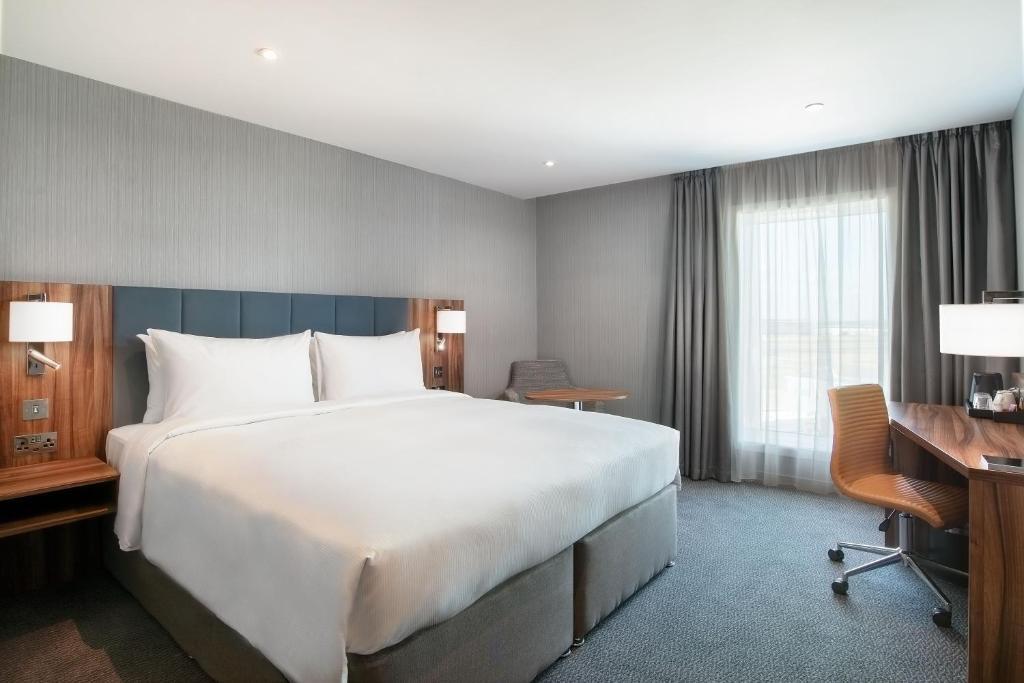 سرير أو أسرّة في غرفة في Hilton Garden Inn London Heathrow Terminal 2 and 3