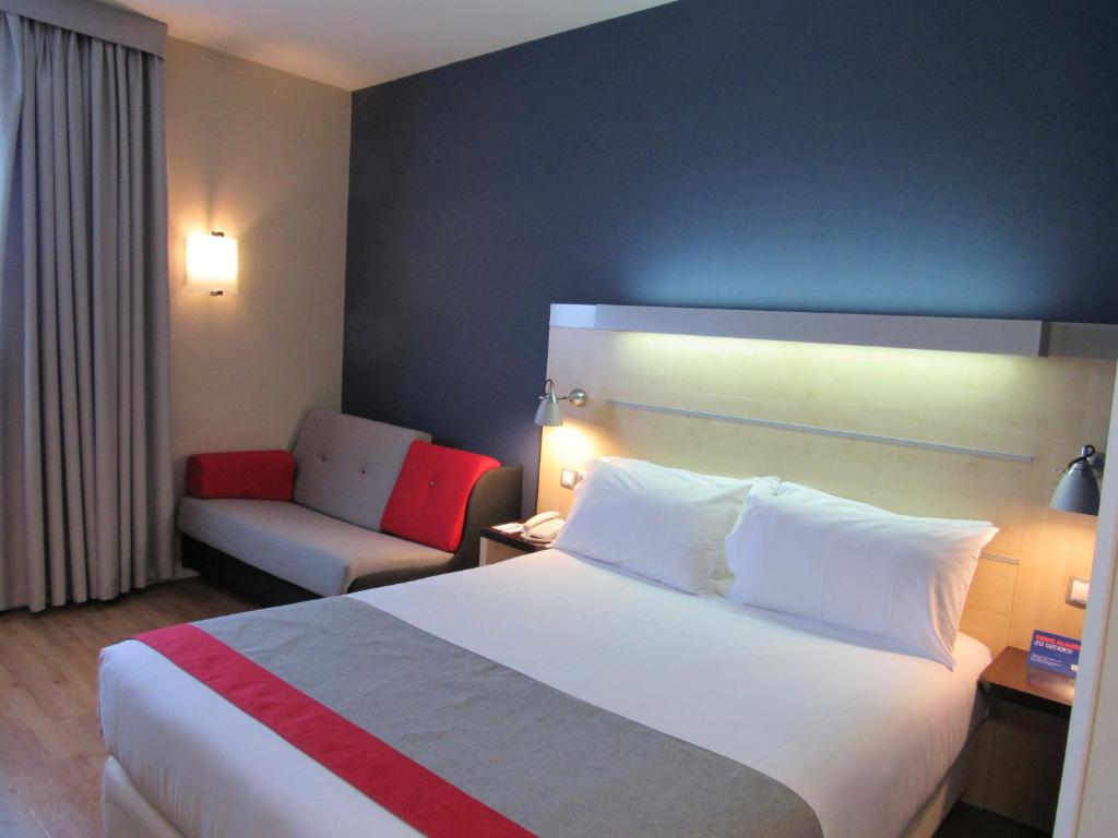 A bed or beds in a room at Holiday Inn Express Madrid-Alcorcón