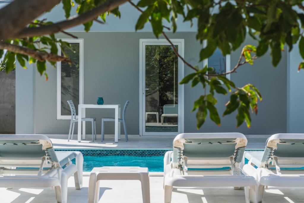 A piscina localizada em Hideout Suites - from Eagle Beach ou nos arredores