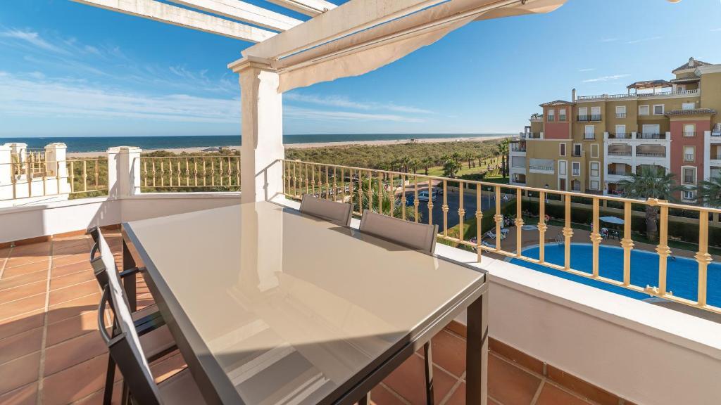 Un balcón o terraza de Apartamentos Costaluz Las Dunas