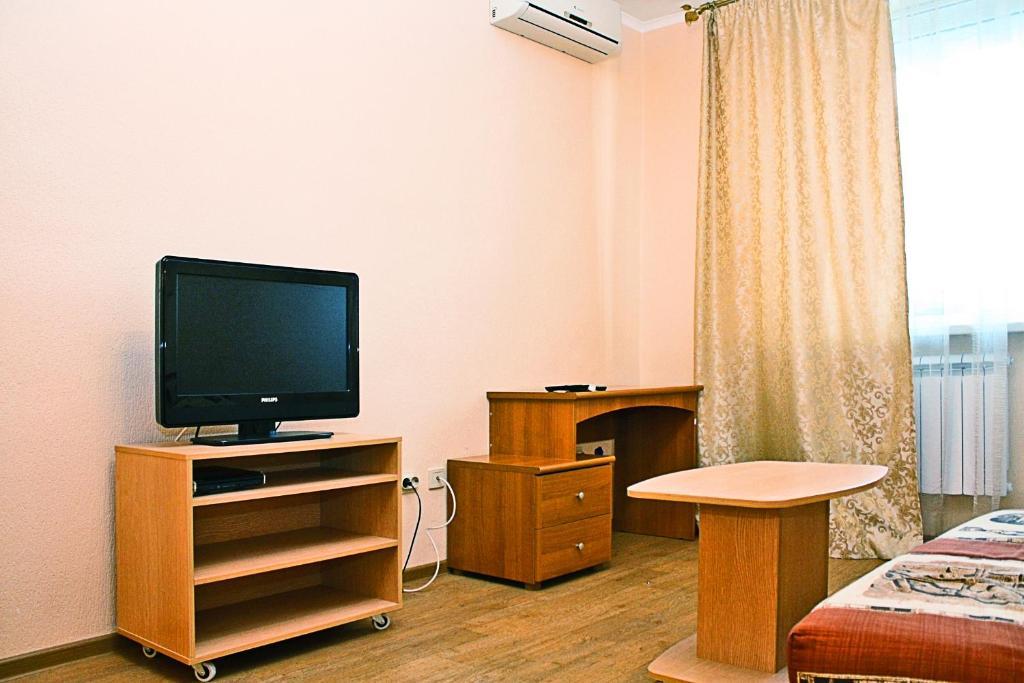 Телевизор и/или развлекательный центр в Апартаменты Альянс на Соколова