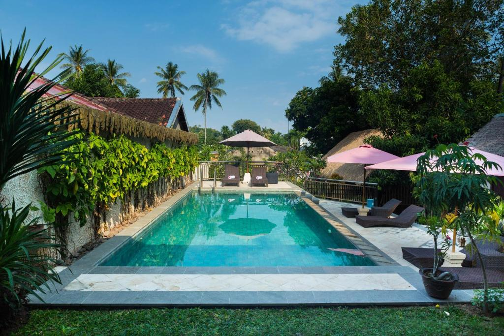 The swimming pool at or close to OYO 1056 Senggigi Cottages Lombok