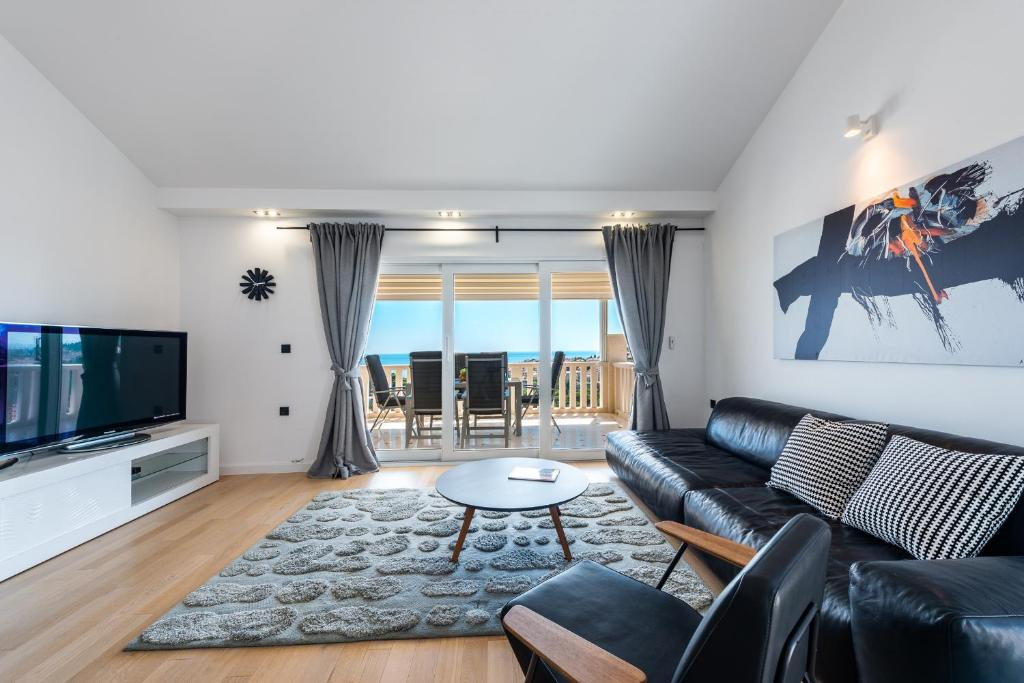 A seating area at Vista deluxe apartment