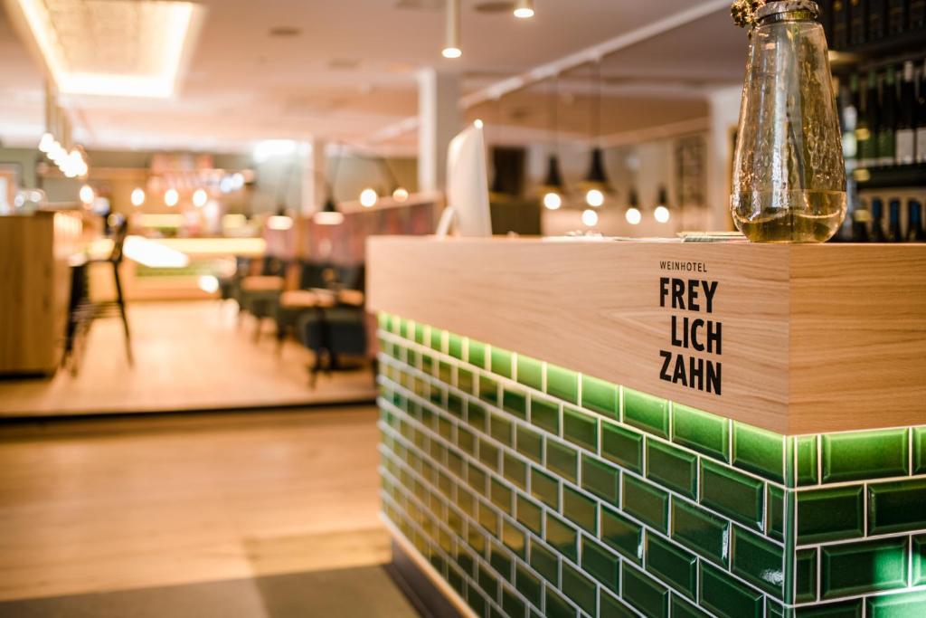 Ein Restaurant oder anderes Speiselokal in der Unterkunft Weinhotel Freylich Zahn