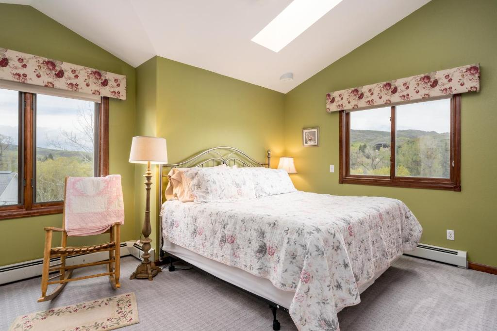 A bed or beds in a room at Alpine Rose Bed and Breakfast