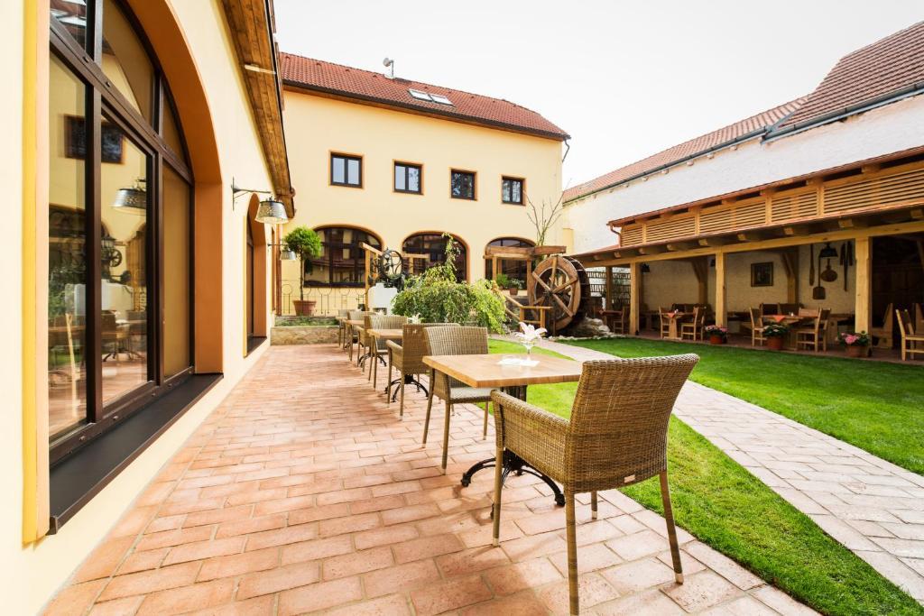 Бассейн в Hotel Selsky Dvur - Bohemian Village Courtyard или поблизости