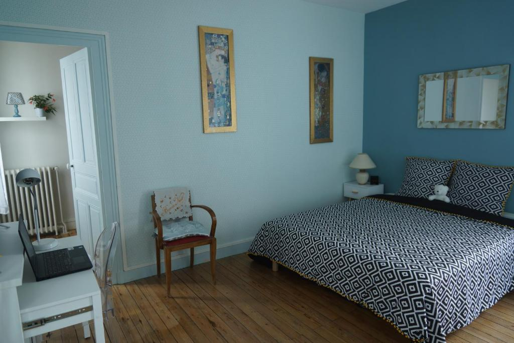 Studio privatisé avec terrasse dans maison de charme angevine