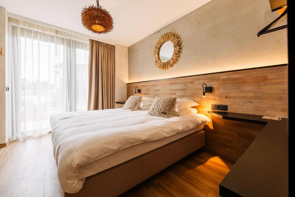 A bed or beds in a room at C-Hotels Zeegalm