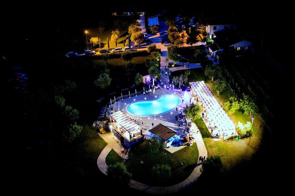 Vista sulla piscina di Agriturismo IL CASTAGNETO o su una piscina nei dintorni