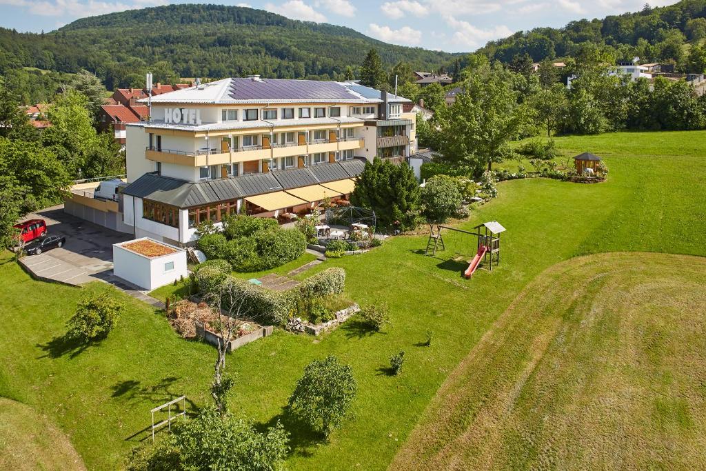 Blick auf Badhotel Restaurant Stauferland aus der Vogelperspektive