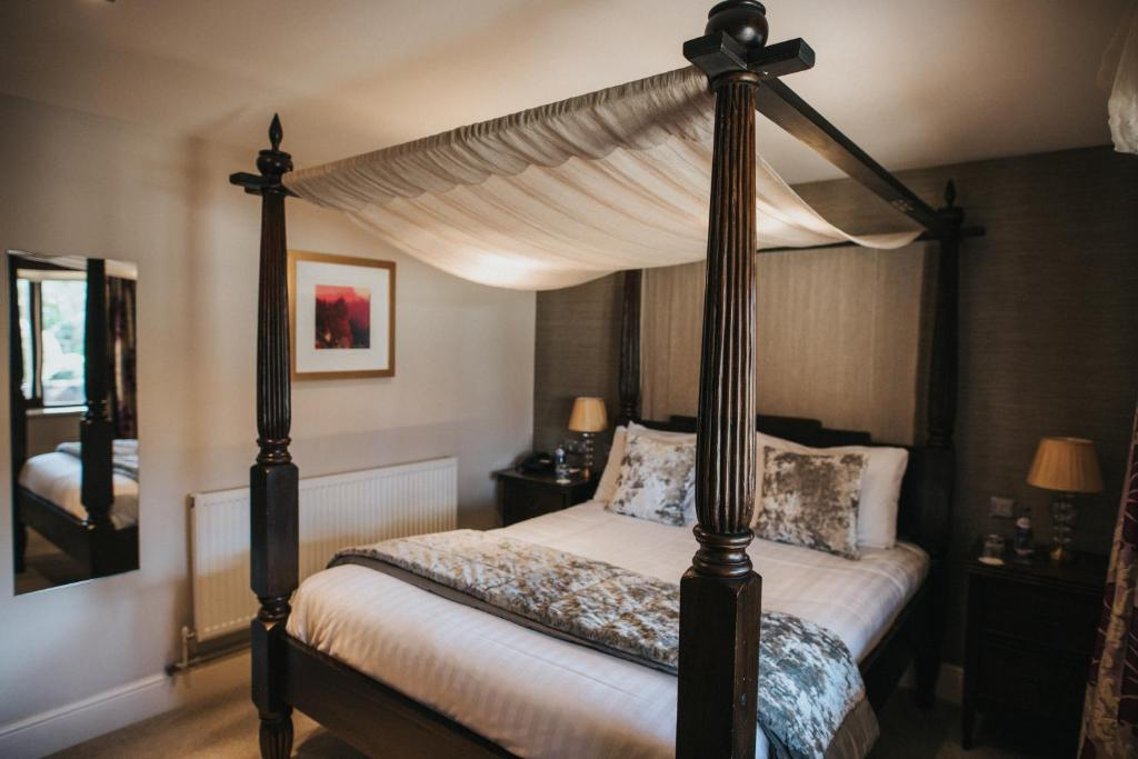 A bed or beds in a room at Hall Farm Hotel And Restaurant