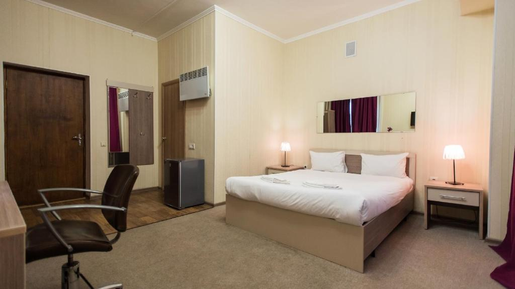 A bed or beds in a room at Retro-hotel Street flash