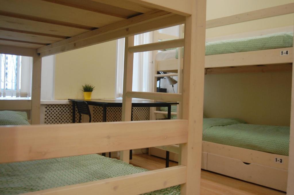 Двухъярусная кровать или двухъярусные кровати в номере Хостел Лайм