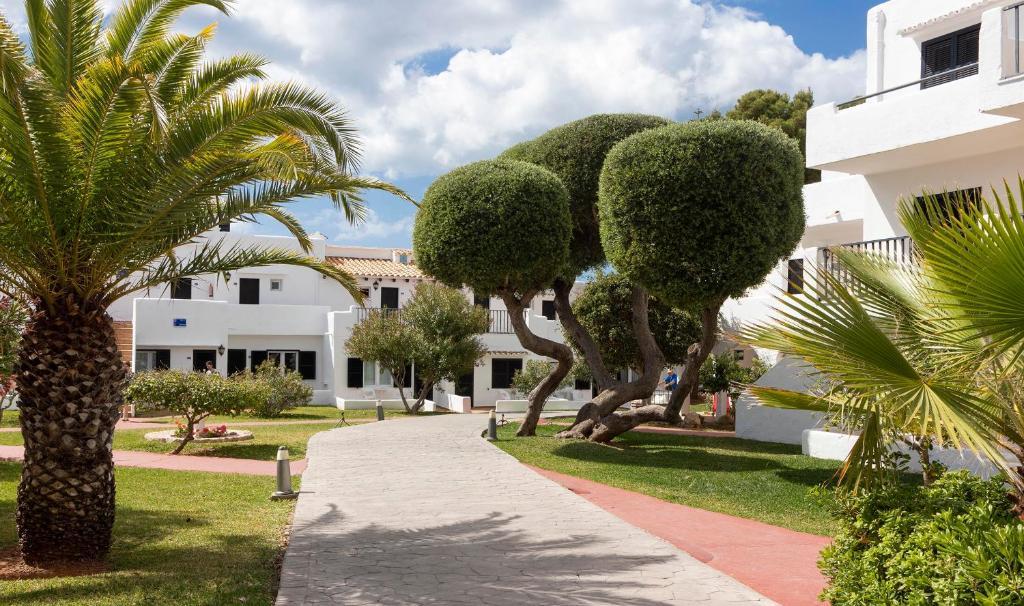 A garden outside Hotel Palia Dolce Farniente