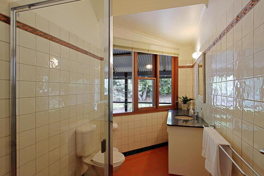 A bathroom at Kamala Holiday House Byron Bay
