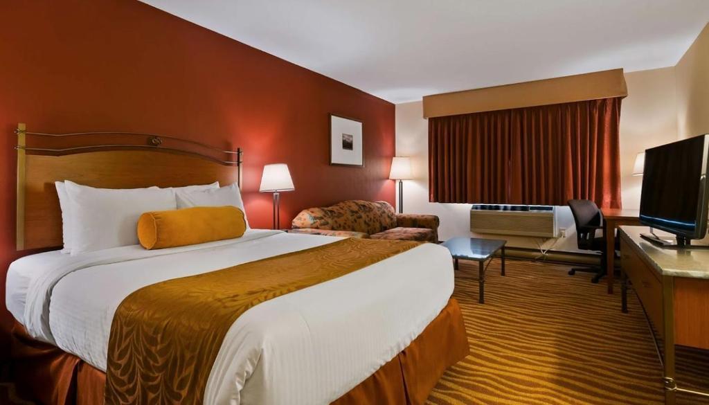 Ein Bett oder Betten in einem Zimmer der Unterkunft Invermere Inn & Suites