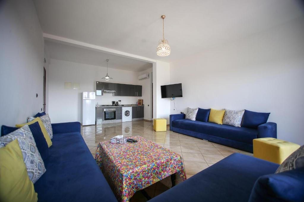 A seating area at Trés bel Appartement avec piscine et jardin