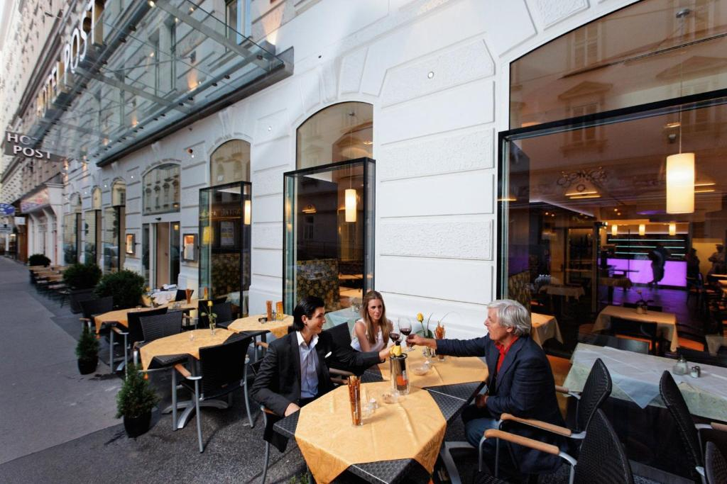 A restaurant or other place to eat at Hotel Post Wien