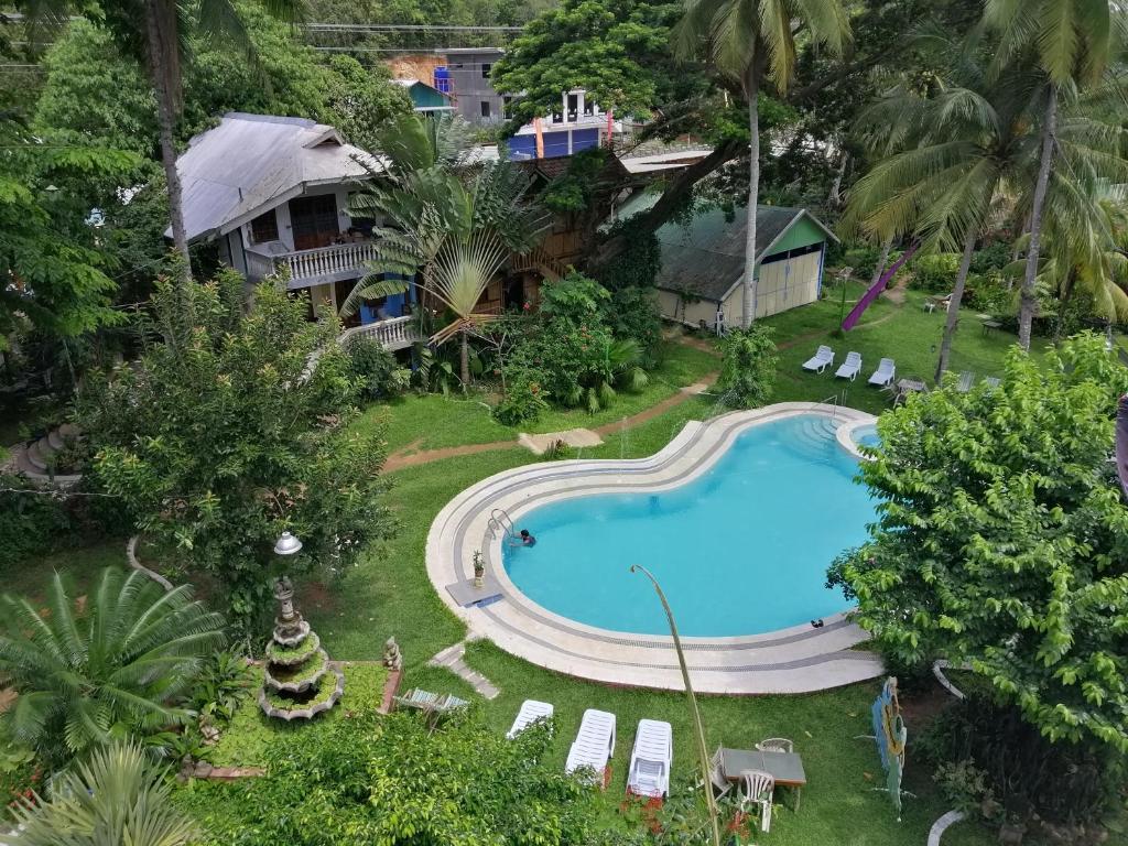Ein Blick auf den Pool von der Unterkunft Kokosnuss Garden Resort oder aus der Nähe