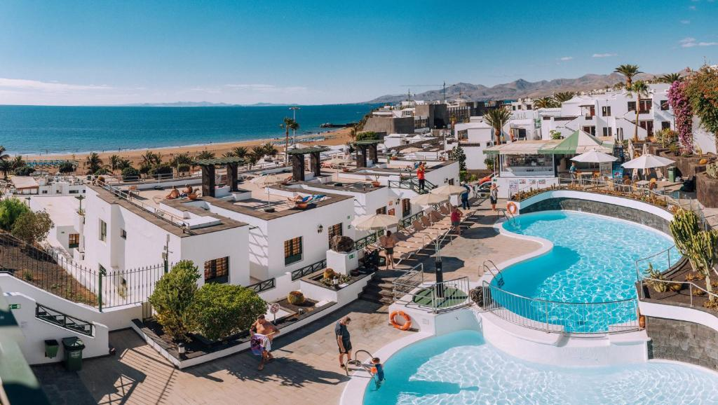 A view of the pool at Apartamentos Moraña or nearby