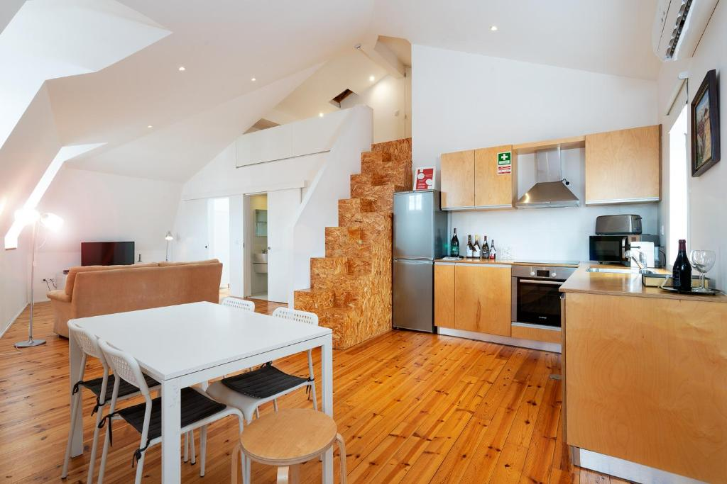 A kitchen or kitchenette at APA L - Loft Guesthouse Jardim das Maes Charming