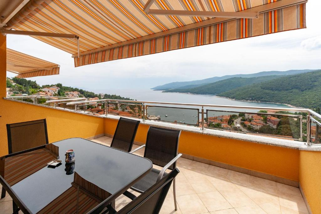 A balcony or terrace at Apartments Loretta with Sea View