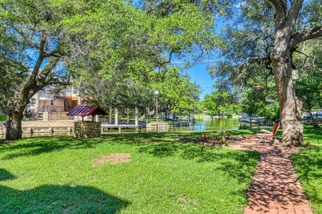 Cozy Lake LBJ Cabin on quiet canal - 4 Bed 3 Bath Vacation home in Kingsland