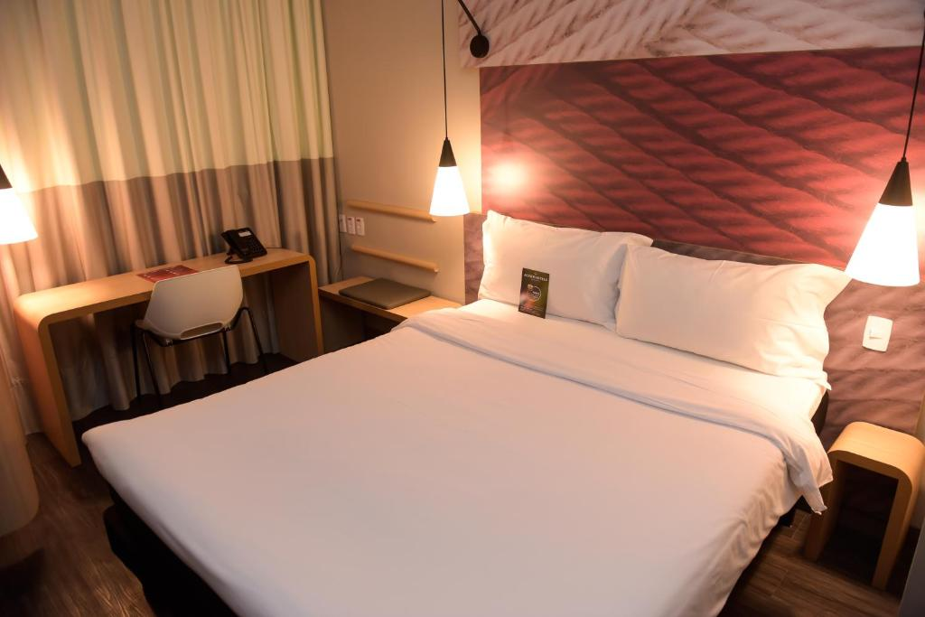 A bed or beds in a room at Ibis Tatui