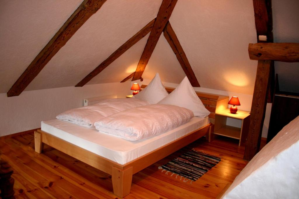 A bed or beds in a room at Goldingen