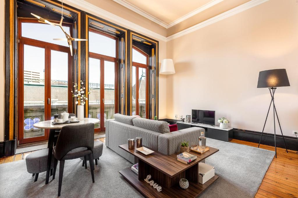 A seating area at Your Opo Bolhao Apartments