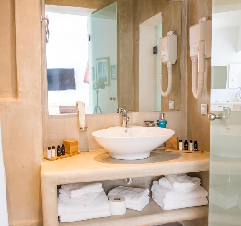 Salle de bains dans l'établissement Kratiras View Luxury Suites