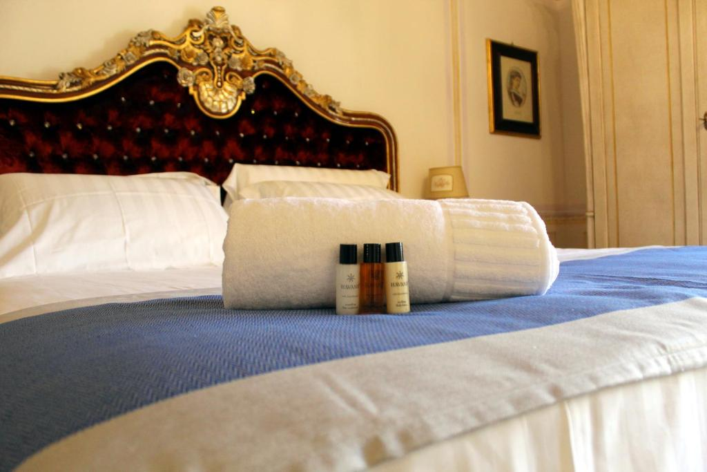 A bed or beds in a room at Les Suite Royales